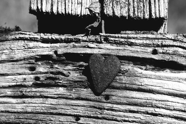 Holzkreuz mit Herz